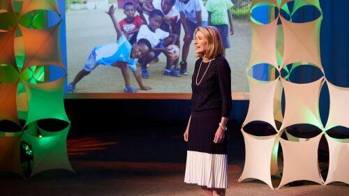 카밀 엔 존슨 자매는 초등회 지도자들에게 어린이들이 구주의 사랑을 느끼고 성신을 인식할 수 있는 창의적인 방법을 찾을 수 있게 영감을 구하도록 요청했다.